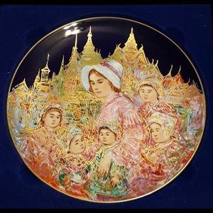 New Edna Hibel Plate Anna & Children King of Siam